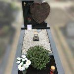 hartvormig grafsteen zwart graniet himalaya grind roos ingeschilderd