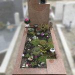 ruby red monument met tuin en bronsen beeld